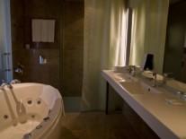 lux-bachroom-hotel-aqva-spa